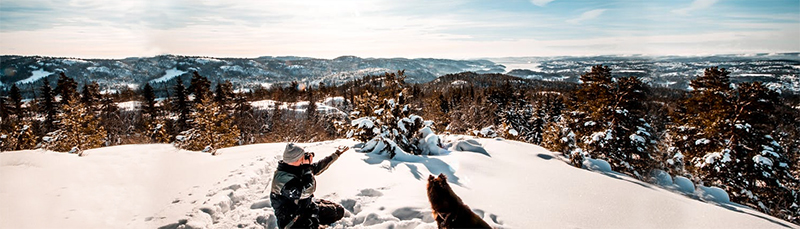 homme et chien a la montagne neige