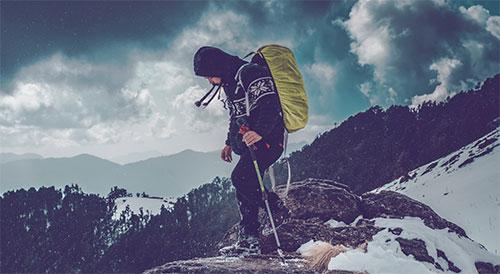 homme avec des équipements de trekking