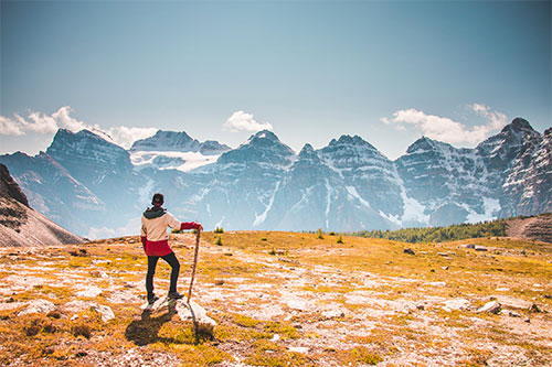 homme avec une veste en haut d'une montagne