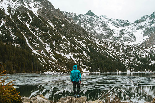 homme seul en montagne